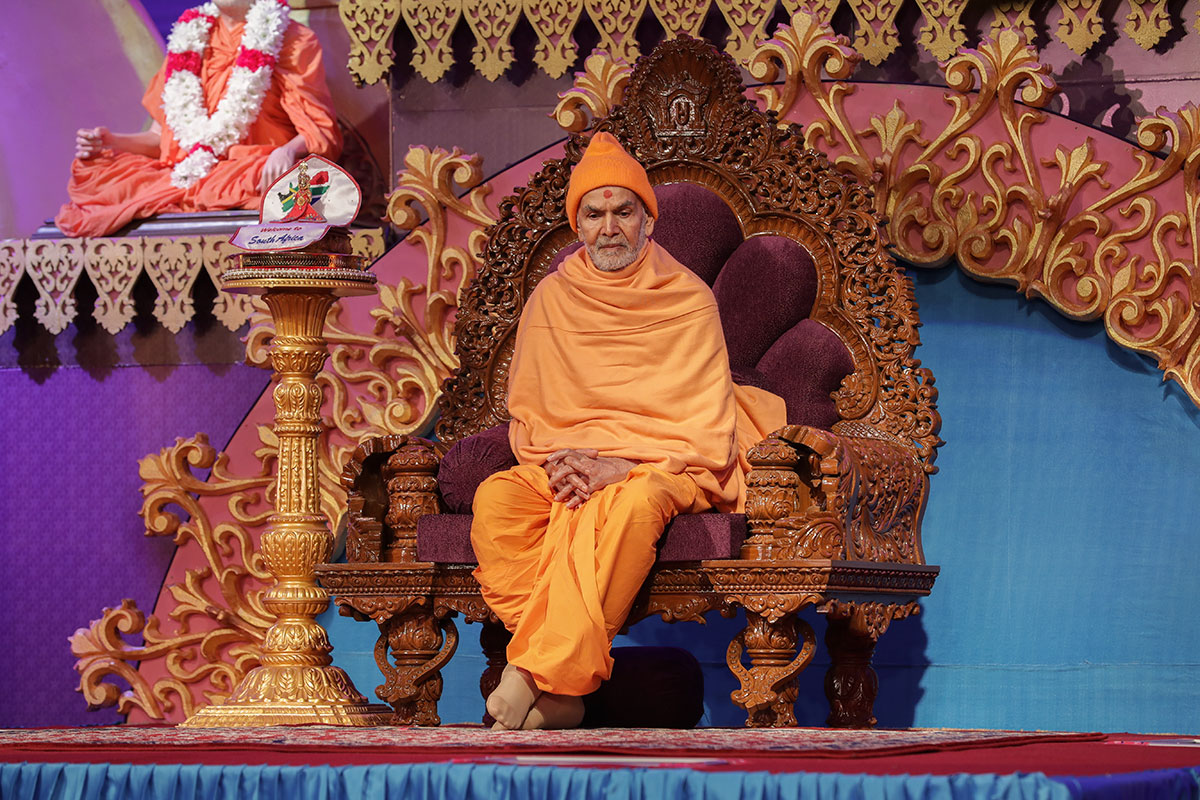 Shri Harikrishna Maharaj and Swamishri during the assembly