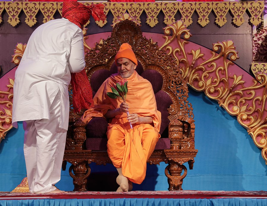 Devotees welcome Swamishri