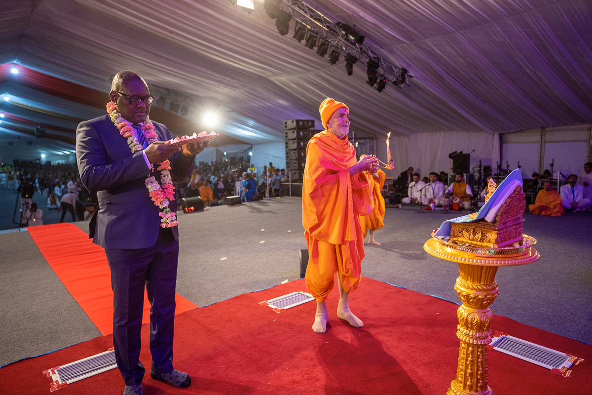 Swamishri and Mr. David Makhura perform the evening arti