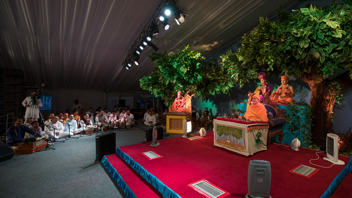 Devotees sing kirtans in Swamishri's morning puja
