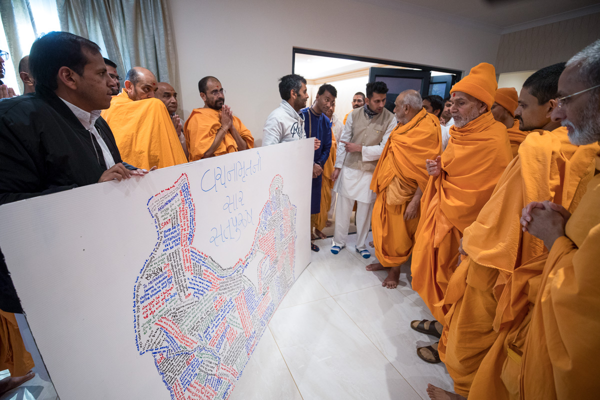 Swamishri observes a creative artwork