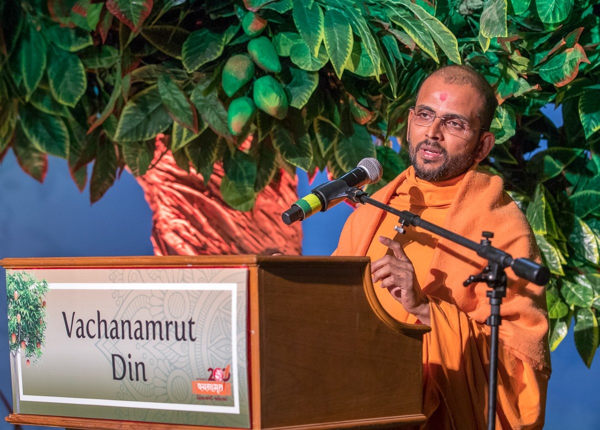 Shrijikirtan Swami addresses the assembly
