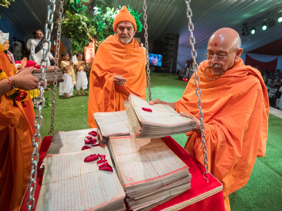 Pujya Tyagvallabh Swami places Vachanamruts in the tula