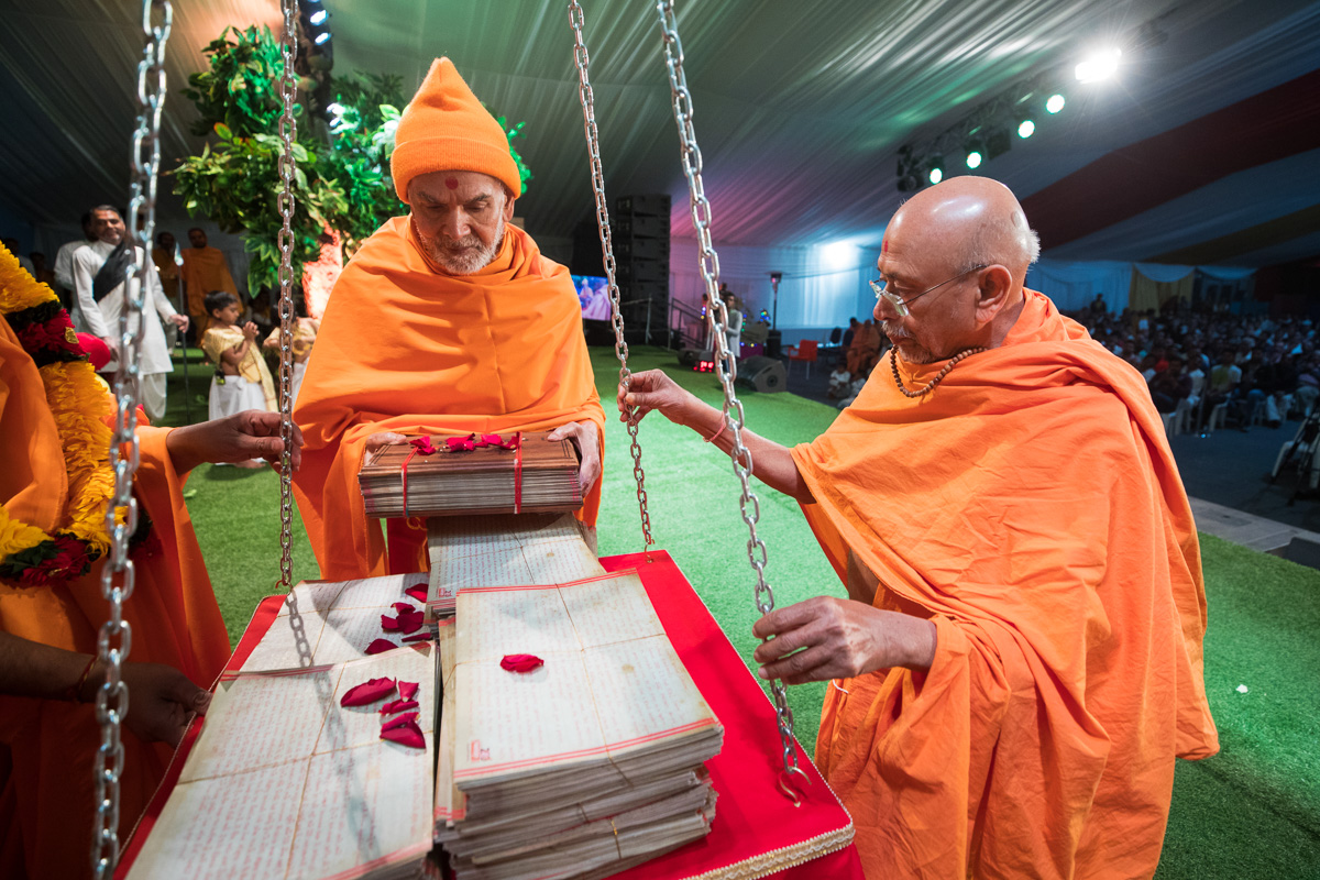 Swamishri places Vachanamruts in the tula