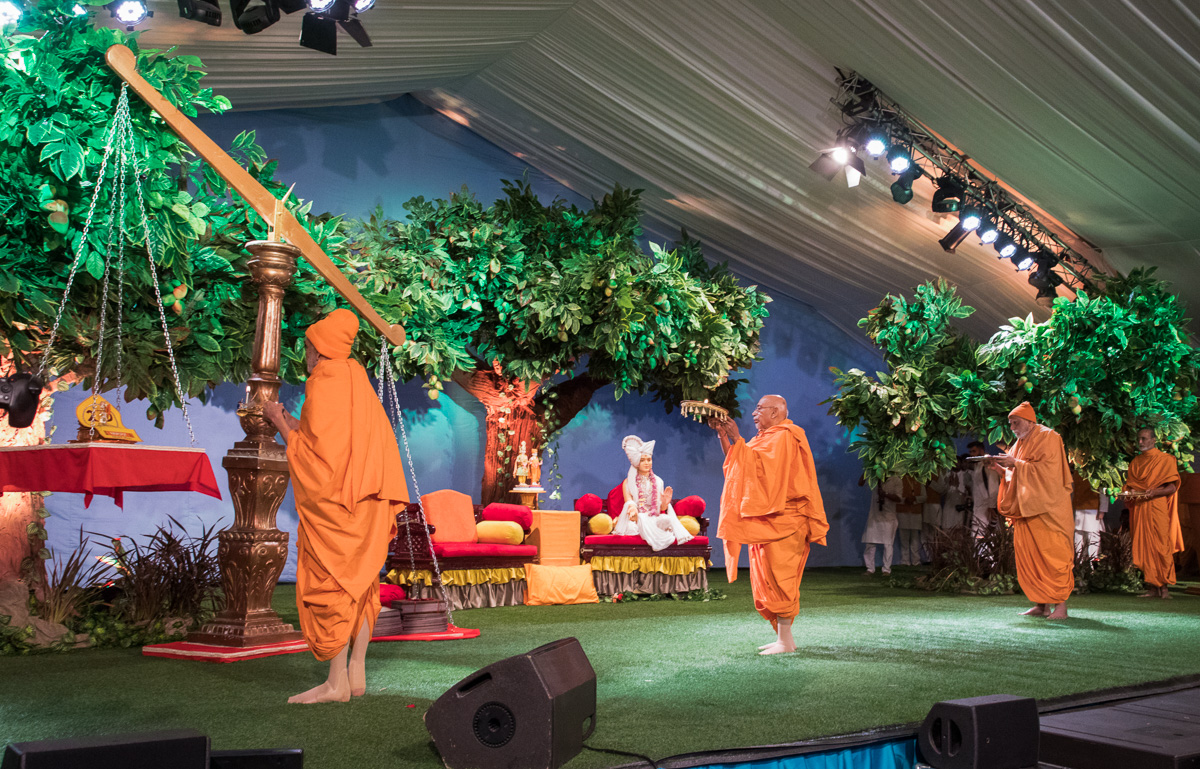 Swamishri, Pujya Tyagvallabh Swami and sadhus perform the arti