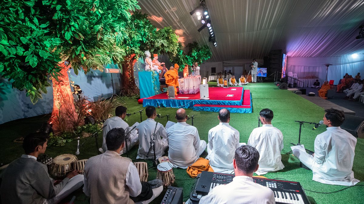 Devotees sing kirtans in Swamishri's daily puja