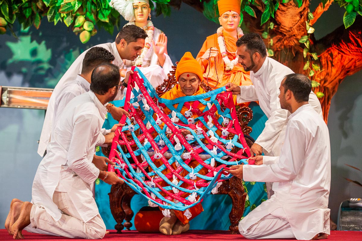 Youths honor Swamishri with a shawl