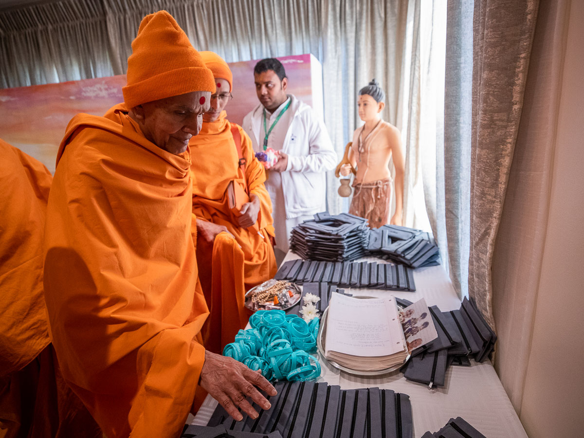 Swamishri sanctifies souvenir