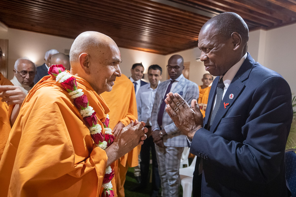 Swamishri greets Dr. Zweli Mkhize, Minister of Health, South Africa