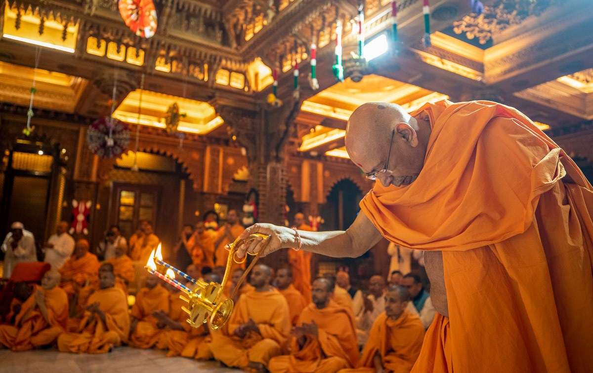 Pujya Tyagvallabh Swami performs the morning arti