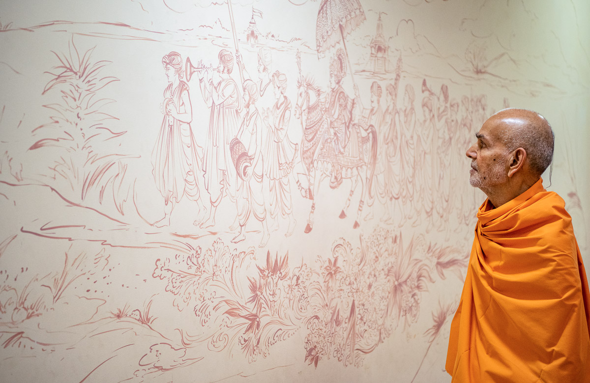 Swamishri observes drawings on the wall