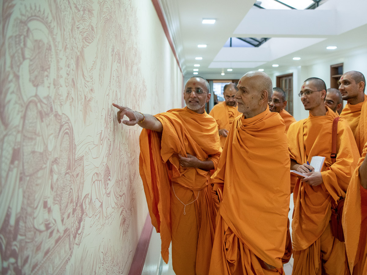 Swamishri observes drawings