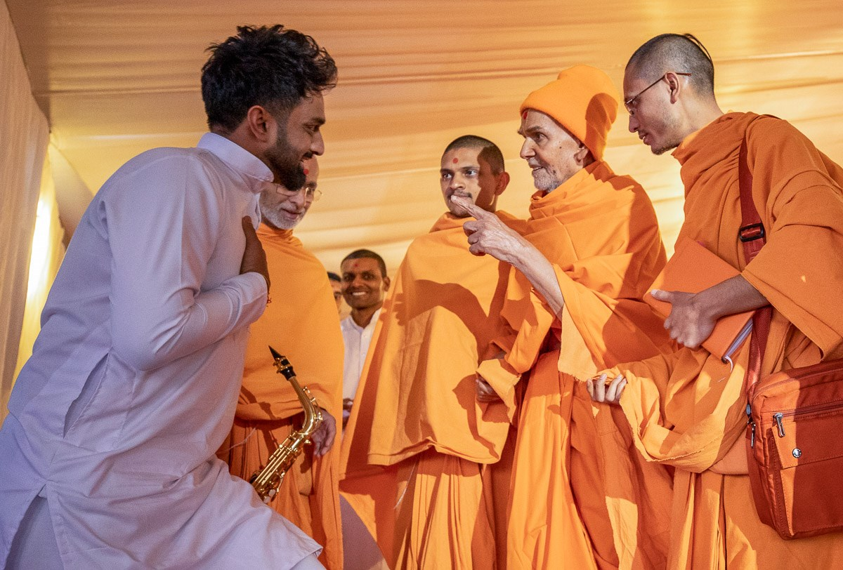 Swamishri converses with a youth