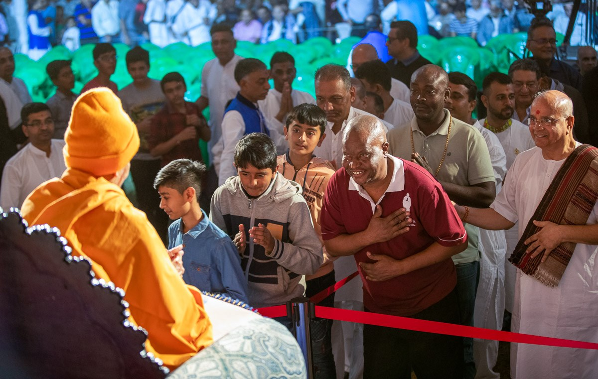 Devotees and well-wishers doing samip darshan of Swamishri