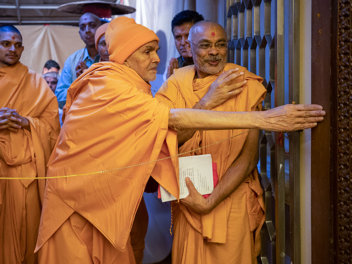 Swamishri performs pujan of door