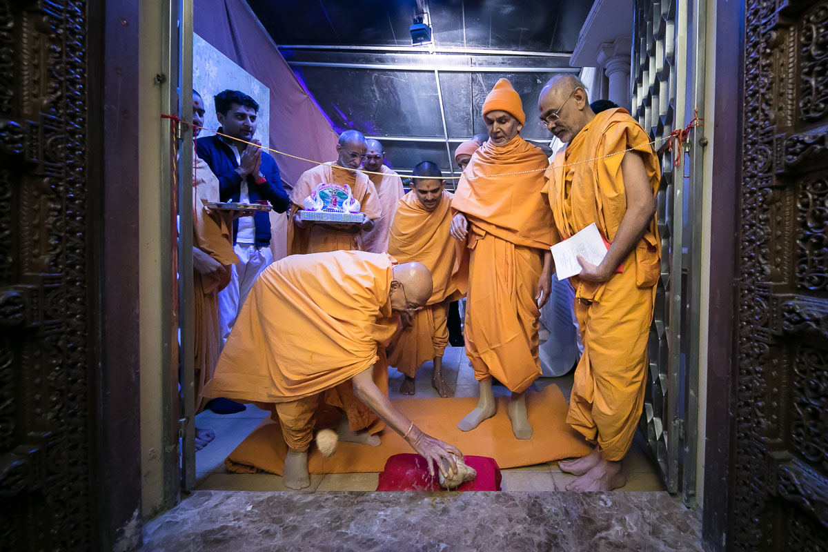 Pujya Tyagvallabh Swami performs door opening rituals
