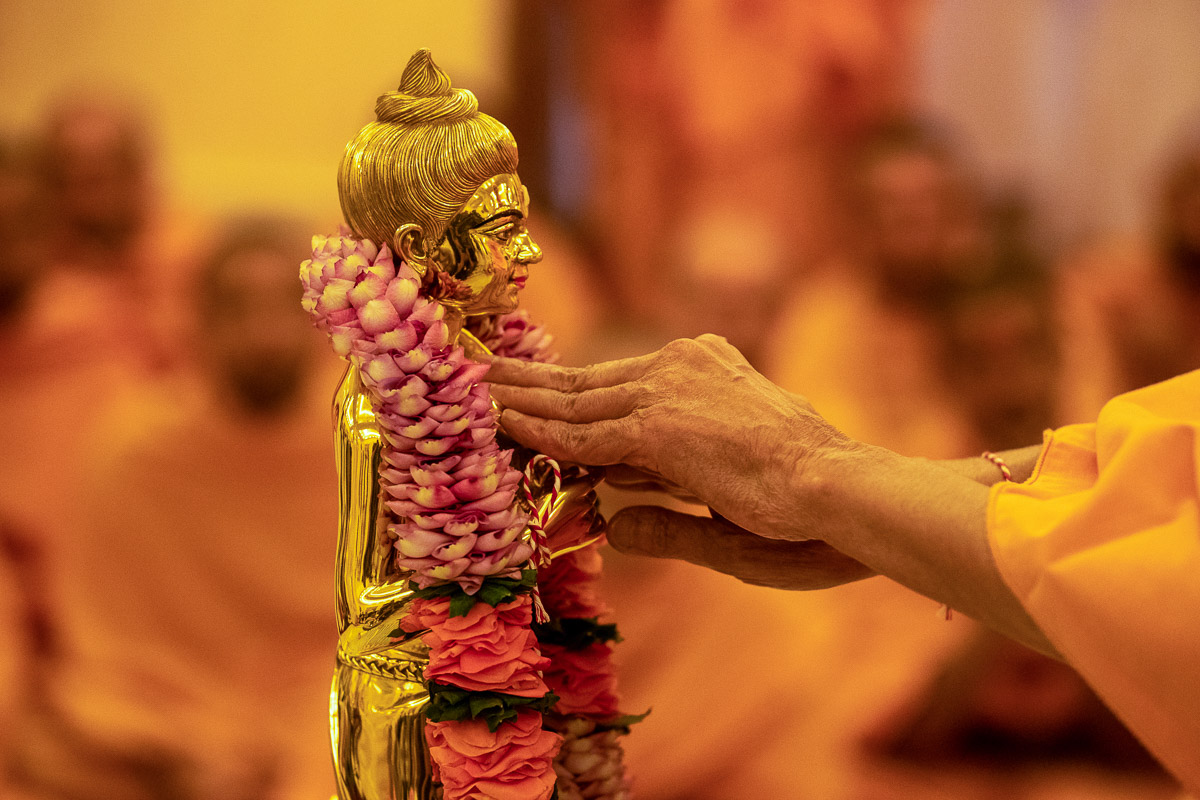 Swamishri performs the murti-pratishtha rituals