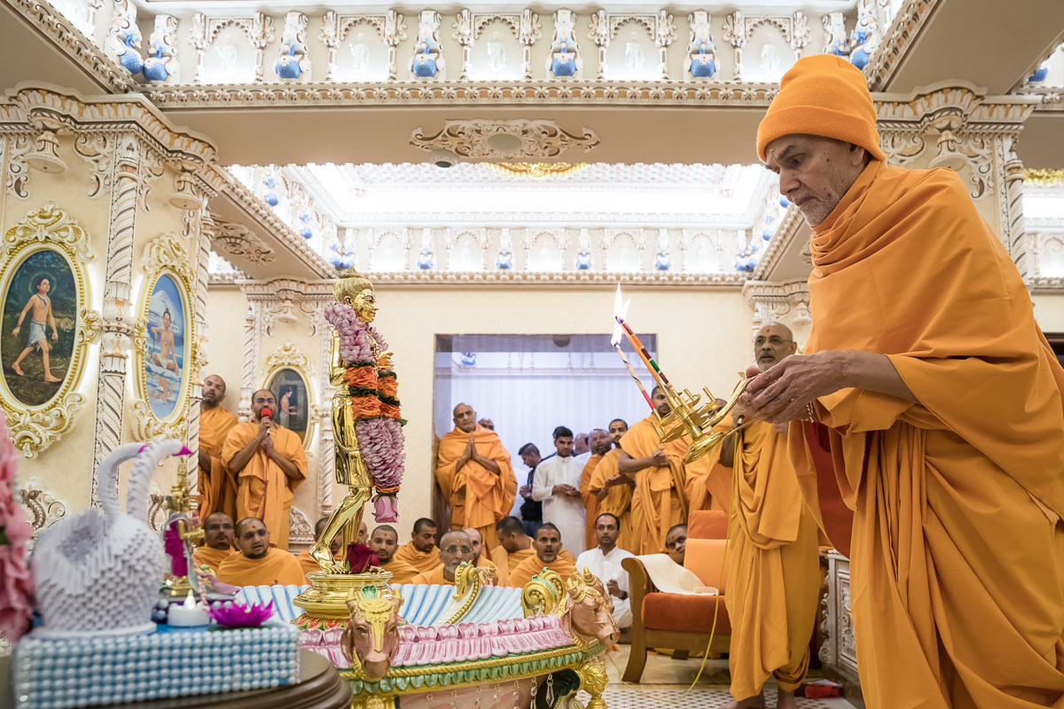 Swamishri performs the pratishtha arti