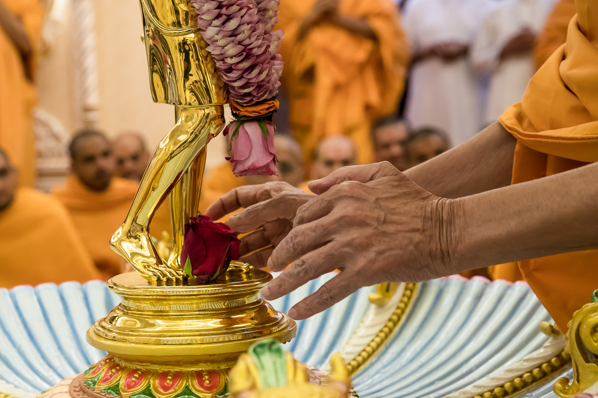 Swamishri offers flowers to Shri Nilkanth Varni