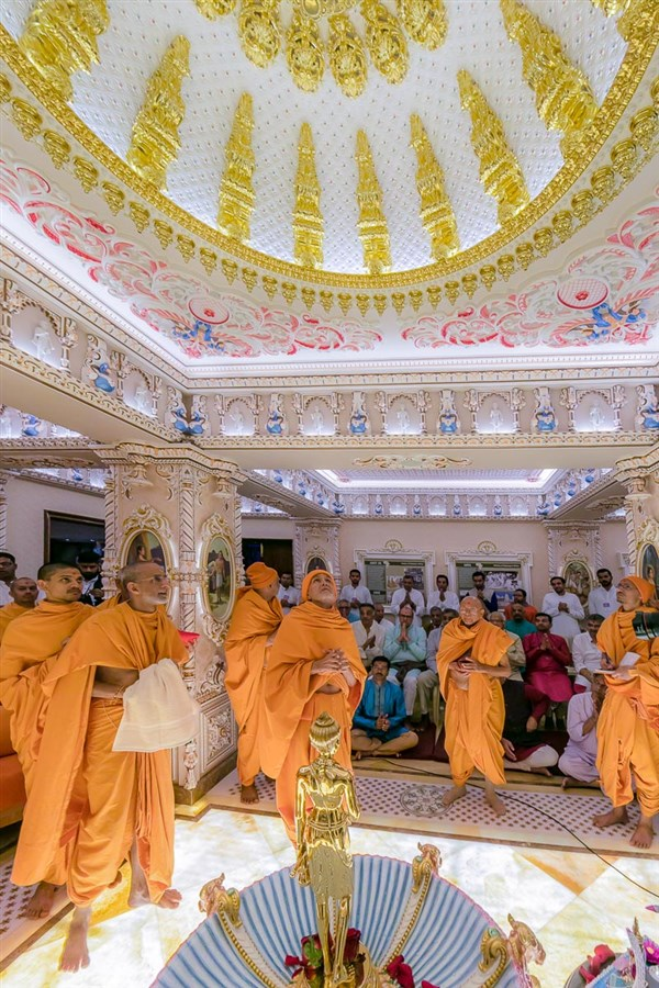 Swamishri observes the ceiling