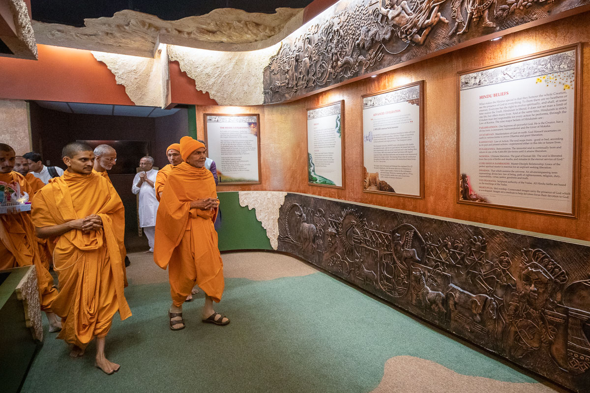 Swamishri visits exhibition