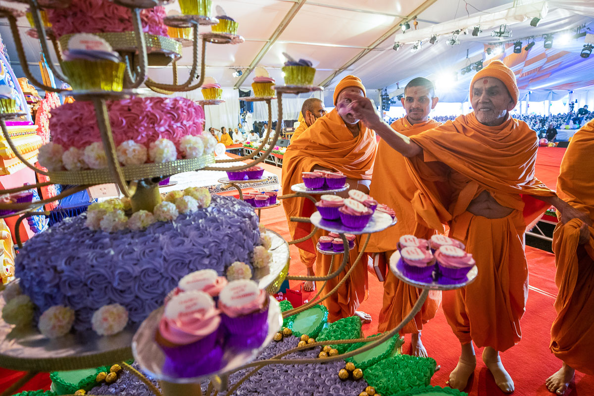 Swamishri sanctifies cakes