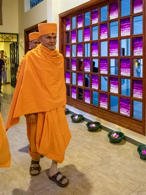 Swamishri on his way for the assembly