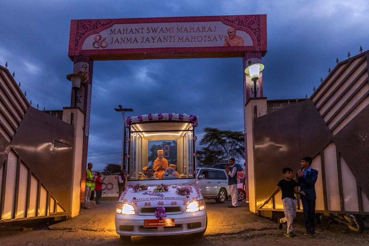 Swamishri arrives for the assembly