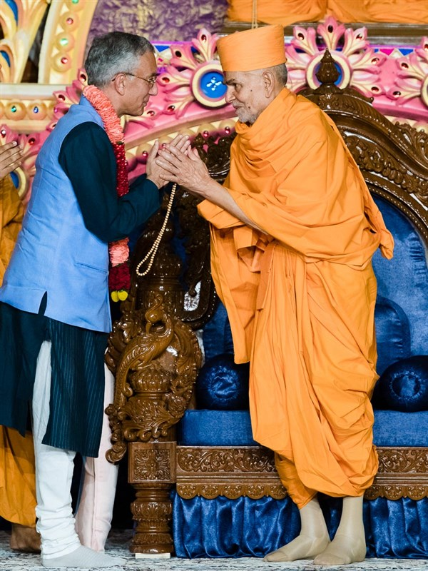 Swamishri blesses Mr. Rahul Chhabra, High Commissioner of India to Kenya