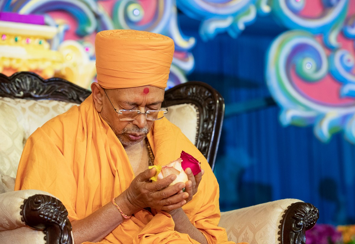 Pujya Tyagvallabh Swami offers mantra-pushpanjali