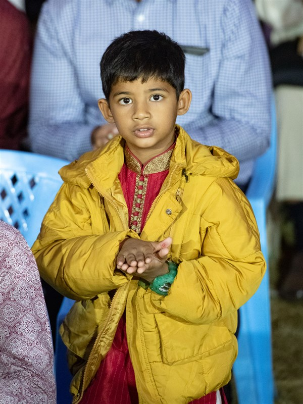 A child offers mantra-pushpanjali
