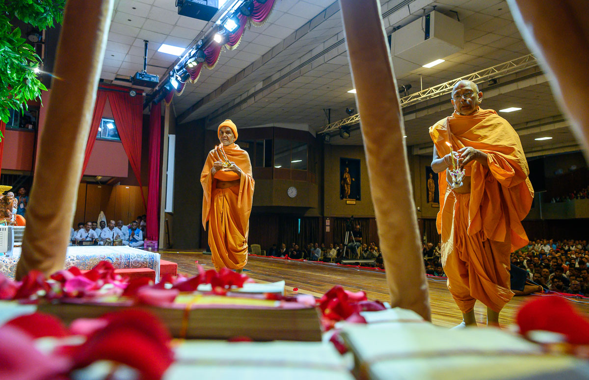 Swamishri and Pujya Tyagvallabh Swami perform the arti