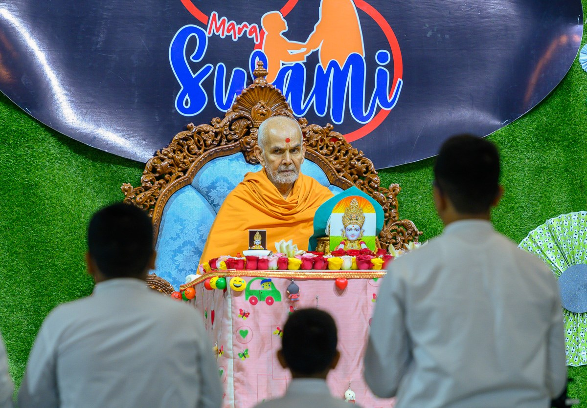 Swamishri listens to children's recitations