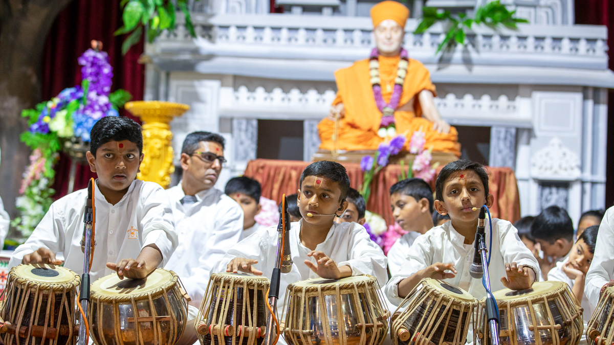 Children play tabla in Swamishri's puja