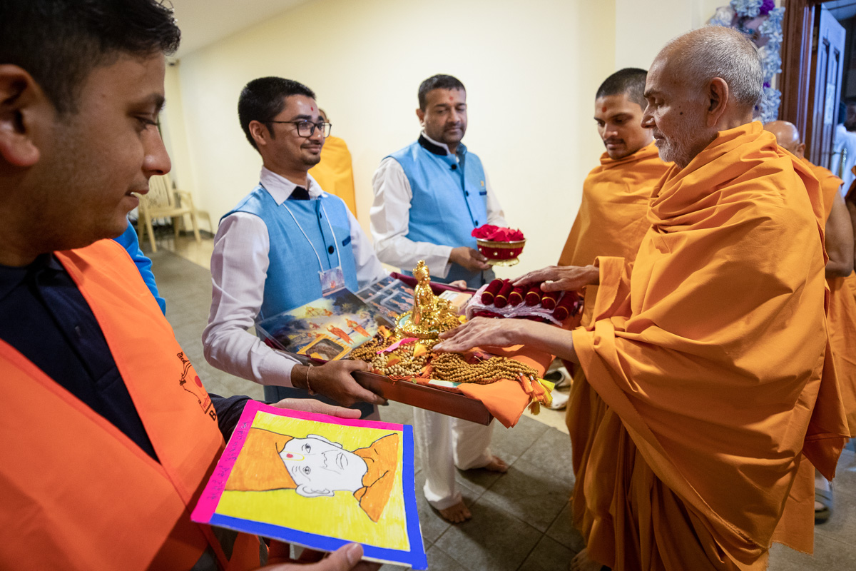 Swamishri sanctifies malas and murtis