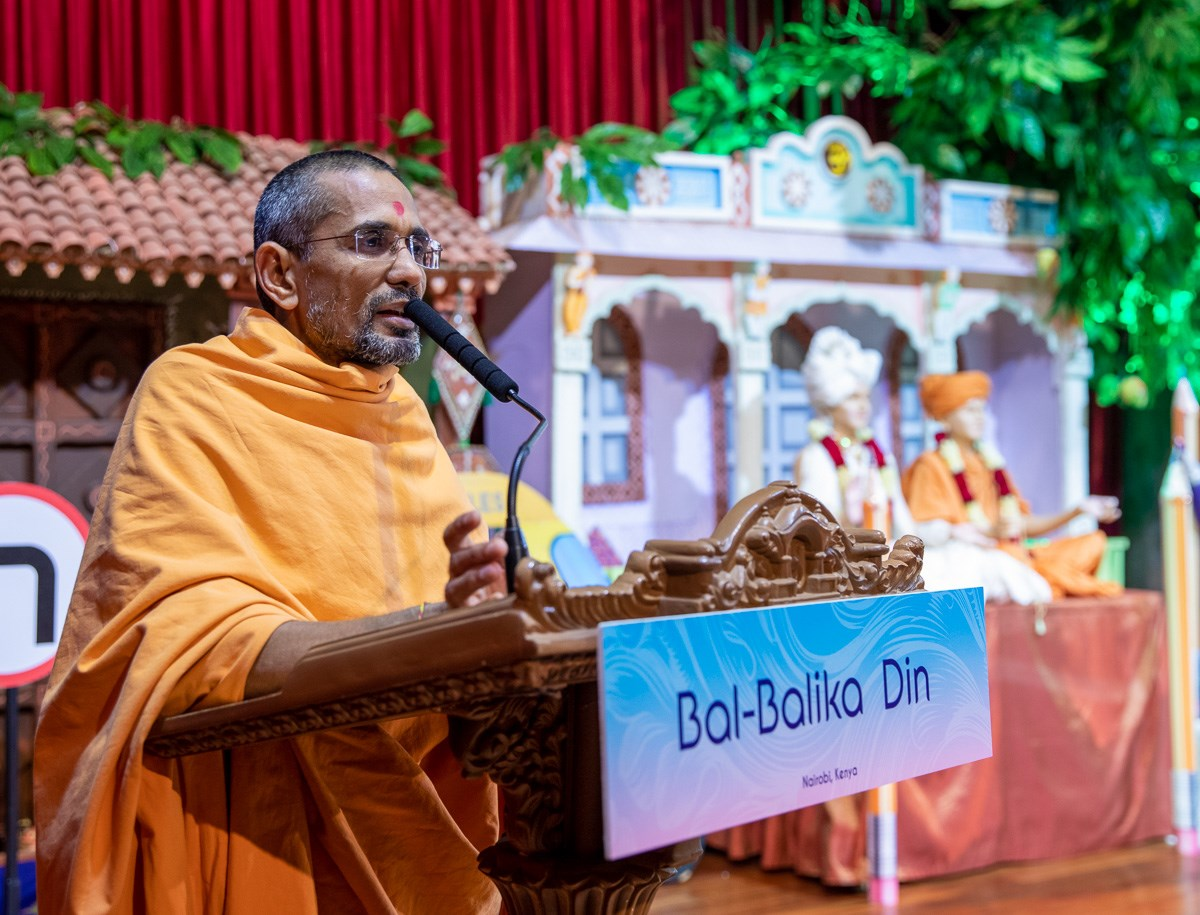 Atmatrupt Swami addresses the Bal-Balika Din assembly