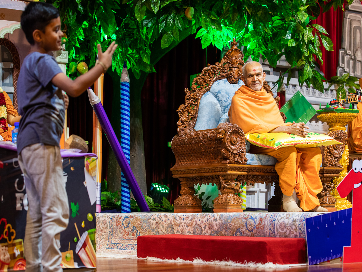 Swamishri listens to children's presentations