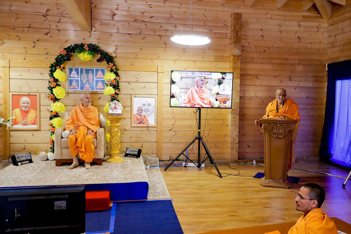 Atmaswarup Swami addresses the morning session of the Sant Shibir