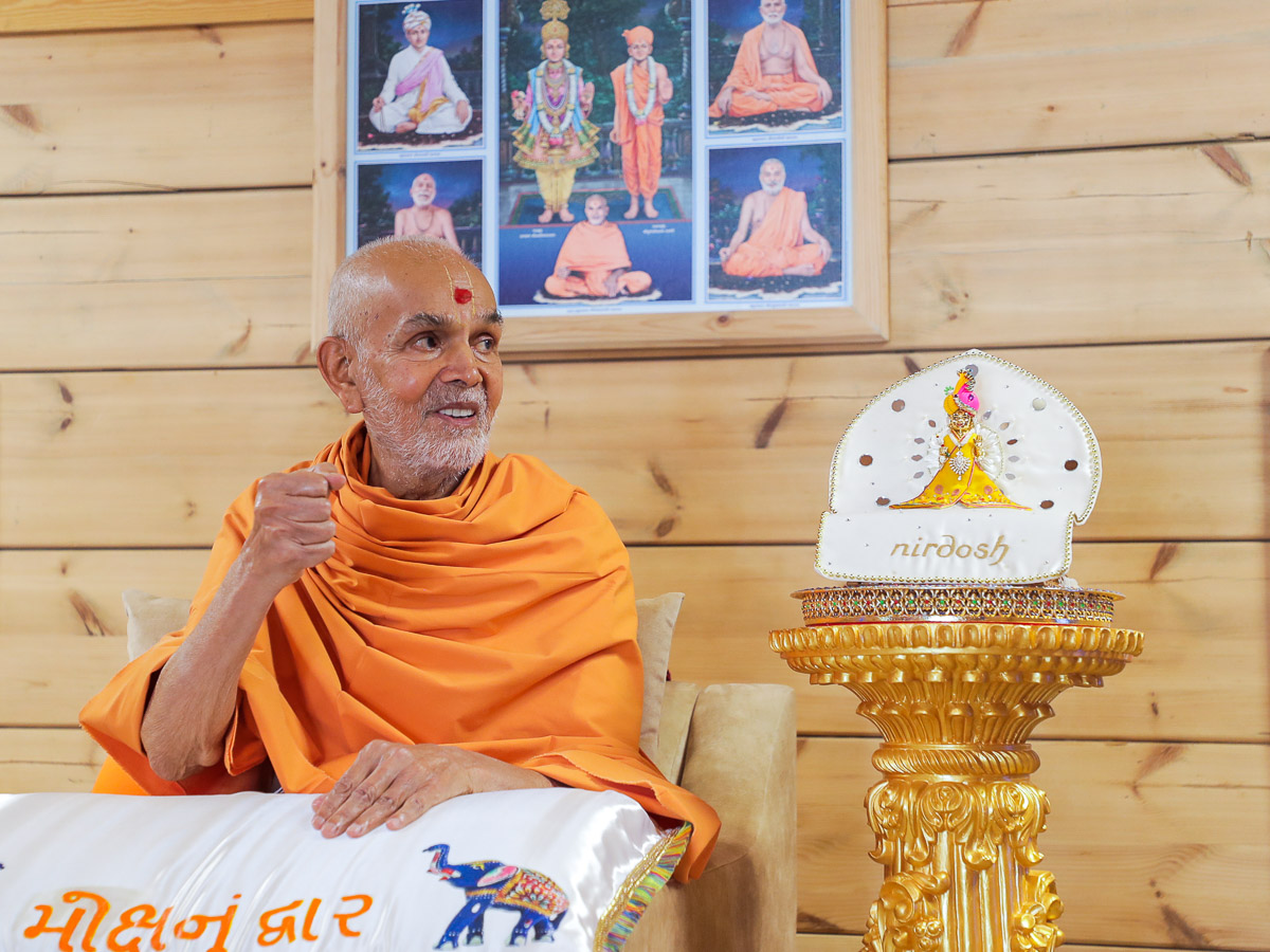 Swamishri during a shibir session