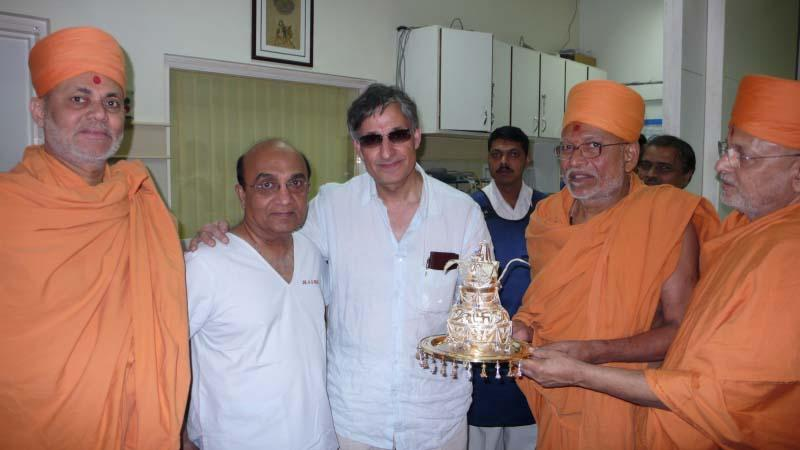 After the successful angiography, senior sadhus present the Purna Kumbh as a symbol of gratitude to the team of two internationally renowned cardiologists, Dr. Ashwin Mehta (Mumbai) and Dr. Fayaz Shawl (Washington DC)