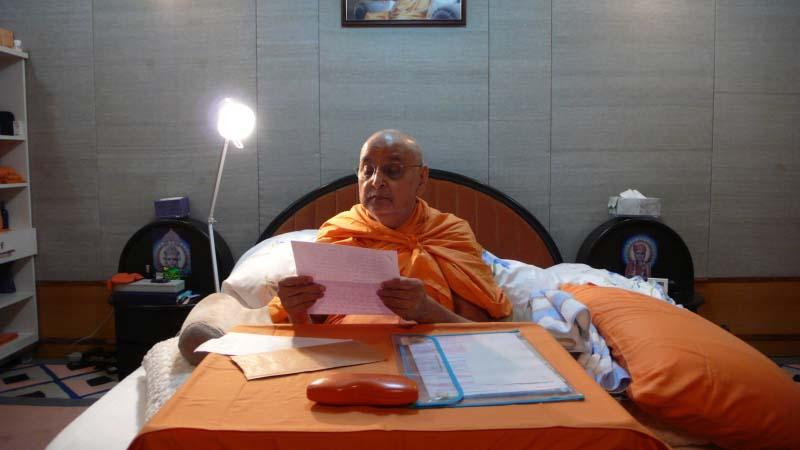 Despite ill health Swamishri reads and replies to devotees' letters