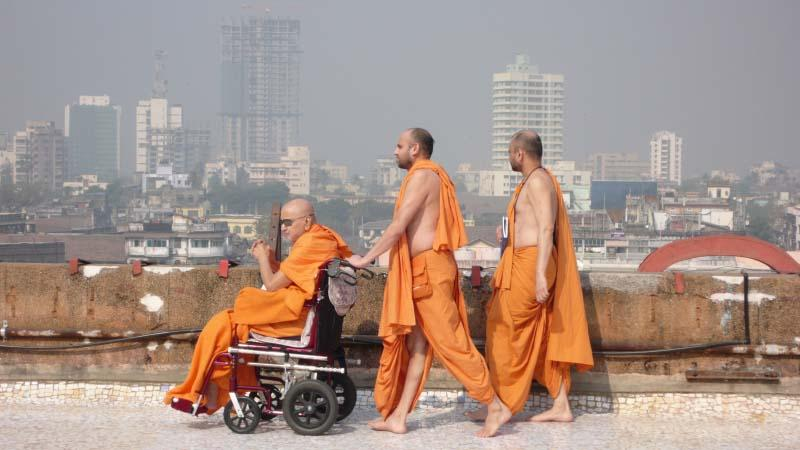 Daily, Swamishri spends time on the mandir terrace with sadhus, conversing and inspiring them.