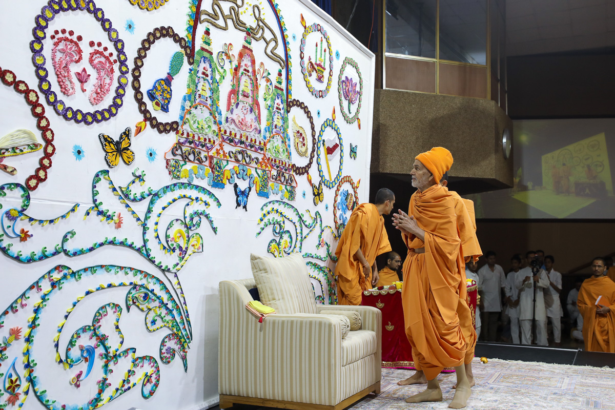 Swamishri observes the decorative stage background