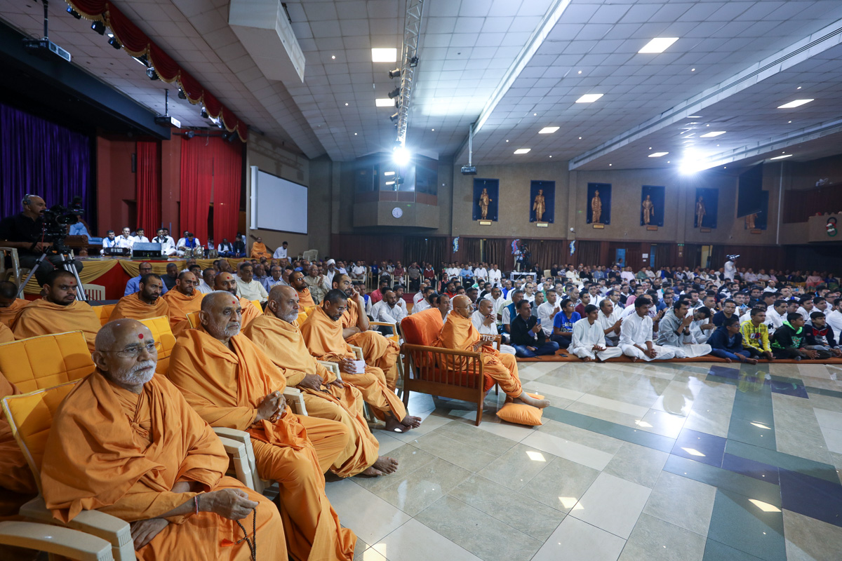 Pujya Tyagvallabh Swami and sadhus doing Swamishri's puja darshan