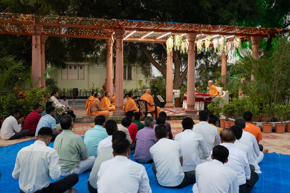 Sadhus and devotees doing Swamishri's puja darshan