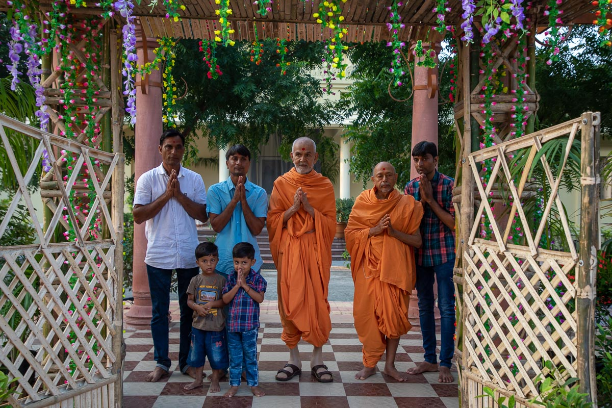 Pujya Tyagvallabh Swami and devotees with Swamishri