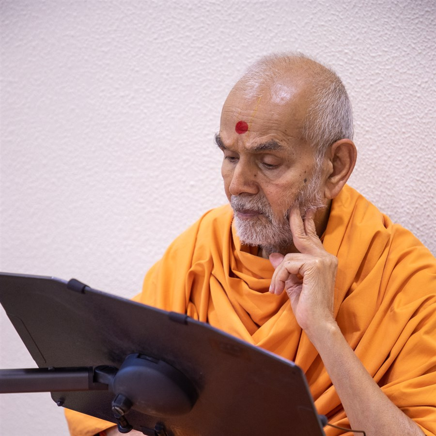 Swamishri reads the latest issue of Swaminarayan Prakash