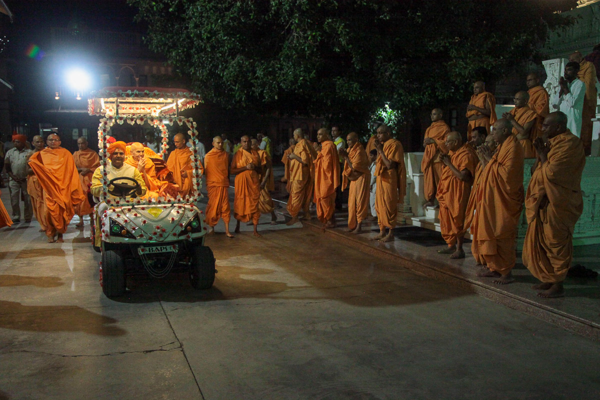 Swamishri on his way to the Yogi Smruti Mandir