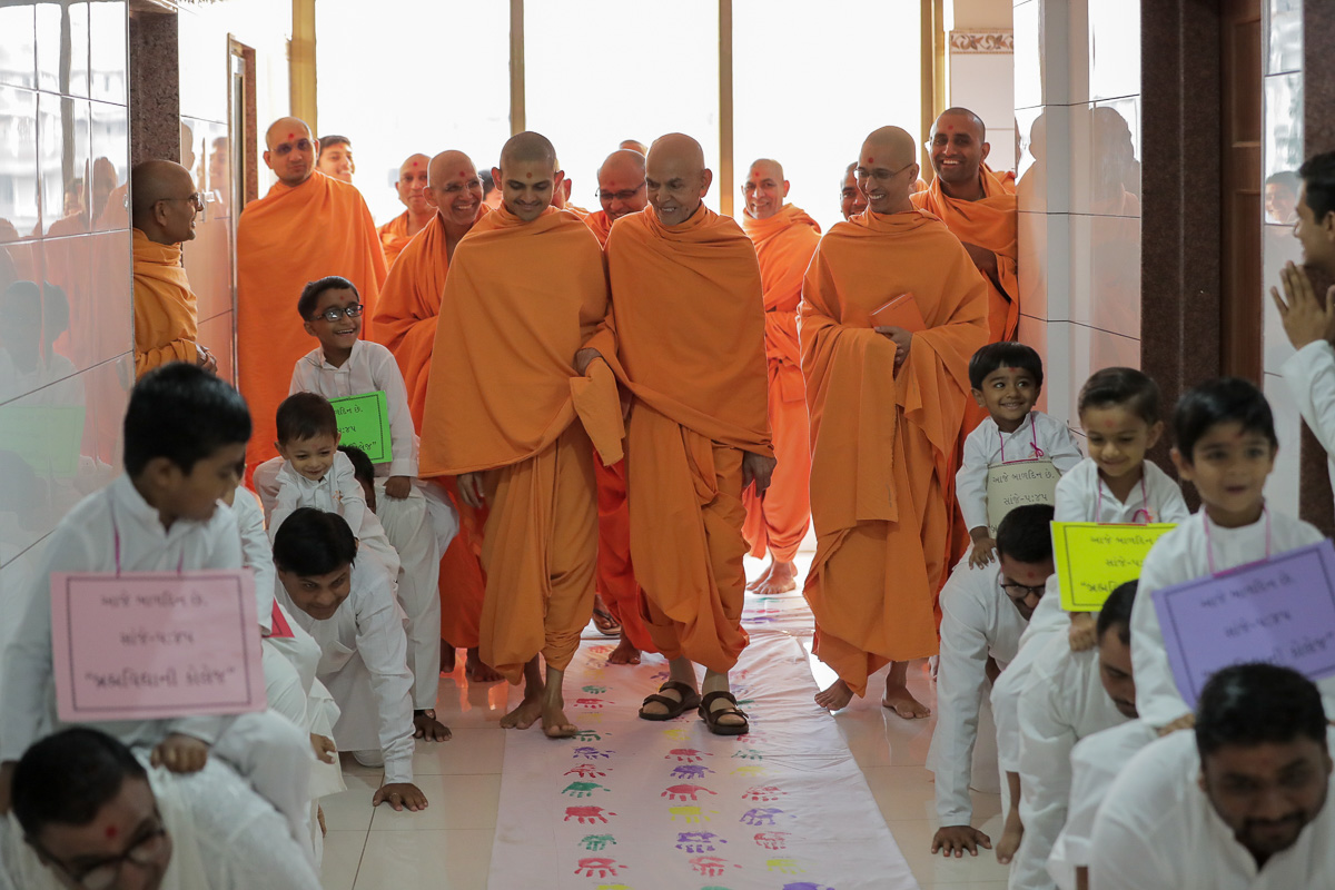 Swamishri arrives for his daily puja
