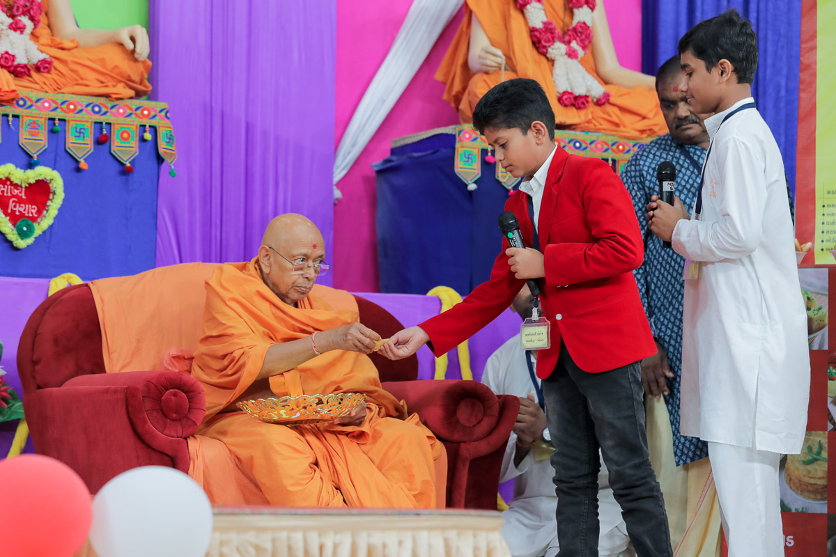 Pujya Tyagvallabh Swami participates in a Bal Din activity